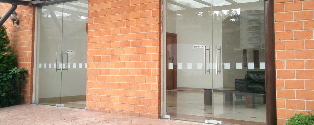 Puertas abatibles de cristal templado for Imagenes de puertas de cristal